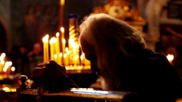 дед молится